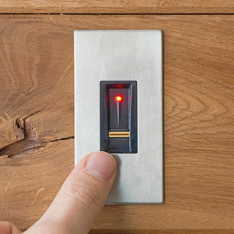 fingerprint haust r fingerscanner f r mehr sicherheit. Black Bedroom Furniture Sets. Home Design Ideas